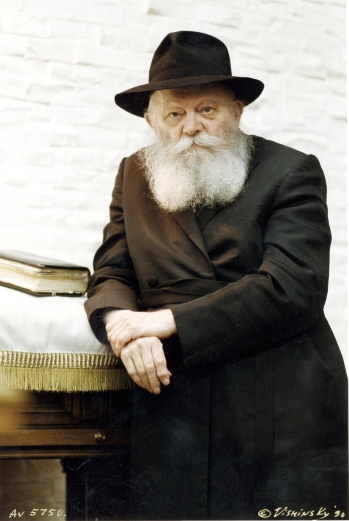 Rebbe-Standing
